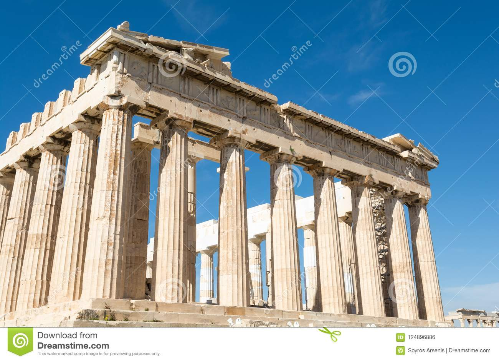 El templo del Parthenon en la roca sagrada de la acrópolis de