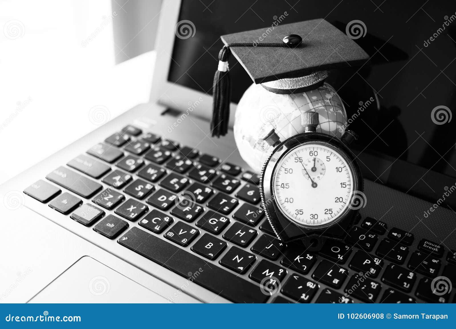 El tiempo es la educación, casquillo de la graduación en Earth modelo superior cerca del reloj