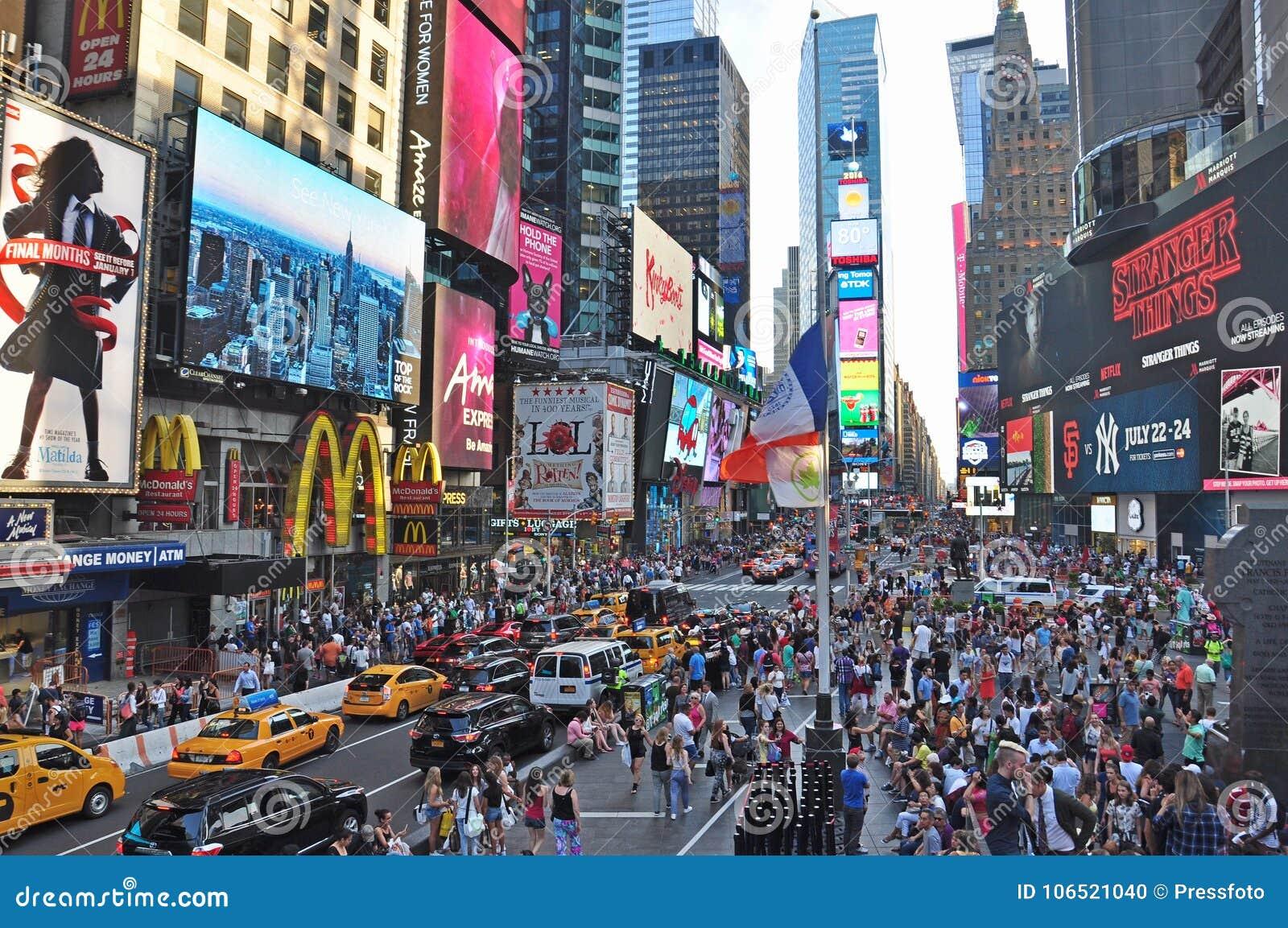 El Times Square famoso de los mundos en tiempo del día de New York City