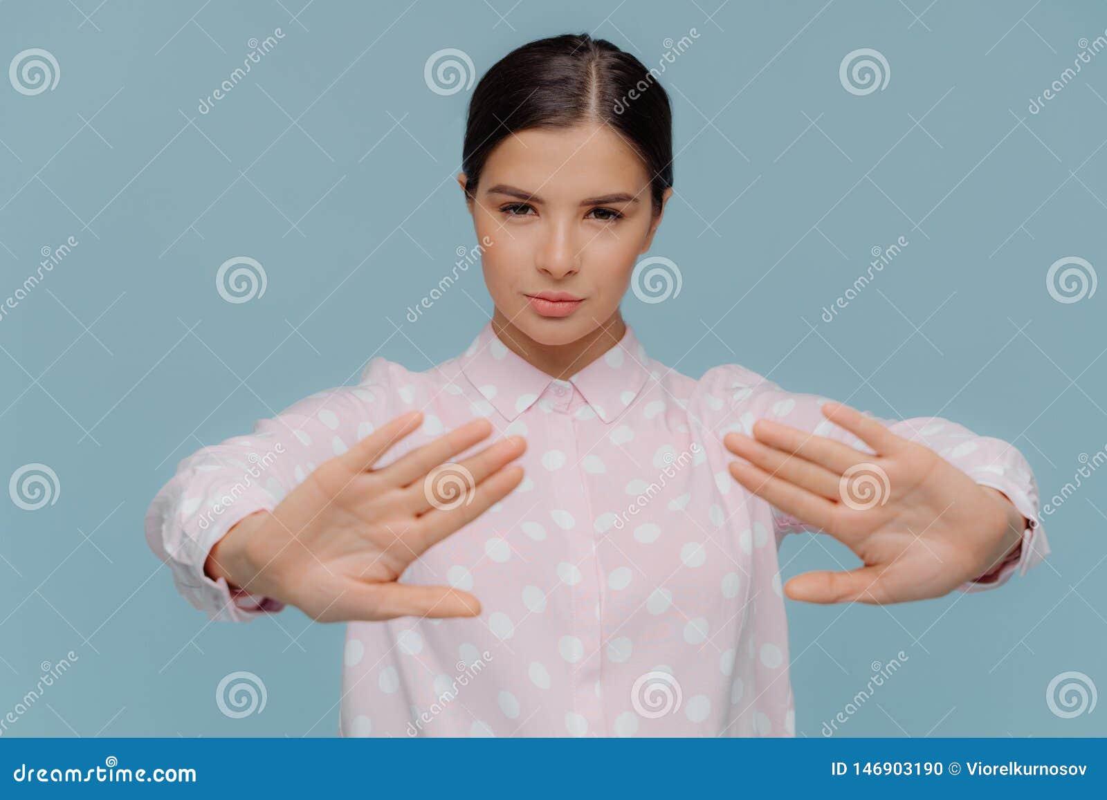 El tiro horizontal del gesto serio de la denegación de las demostraciones de la empresaria, hace la muestra de la parada con las