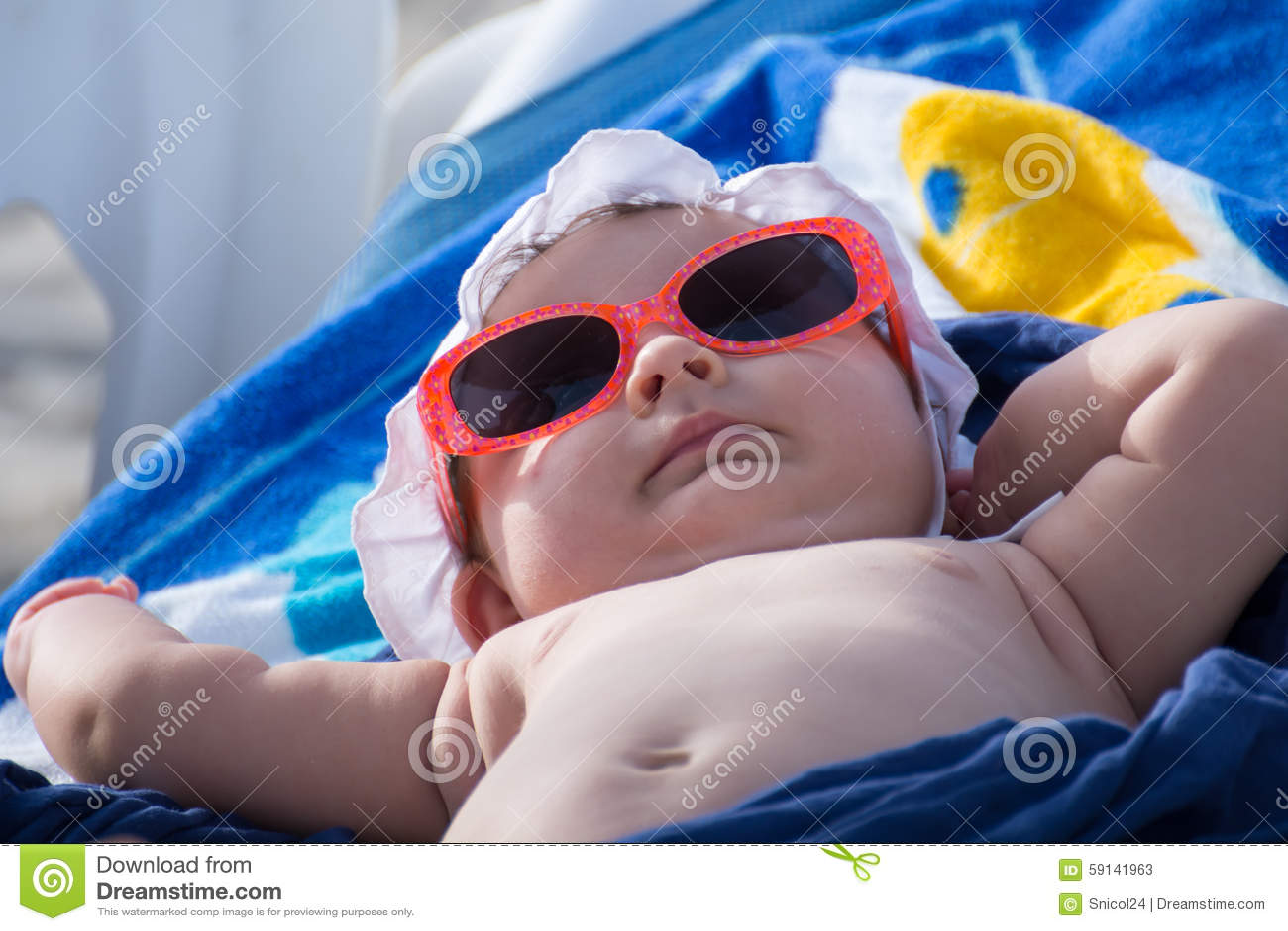 El tomar el sol recién nacido del bebé