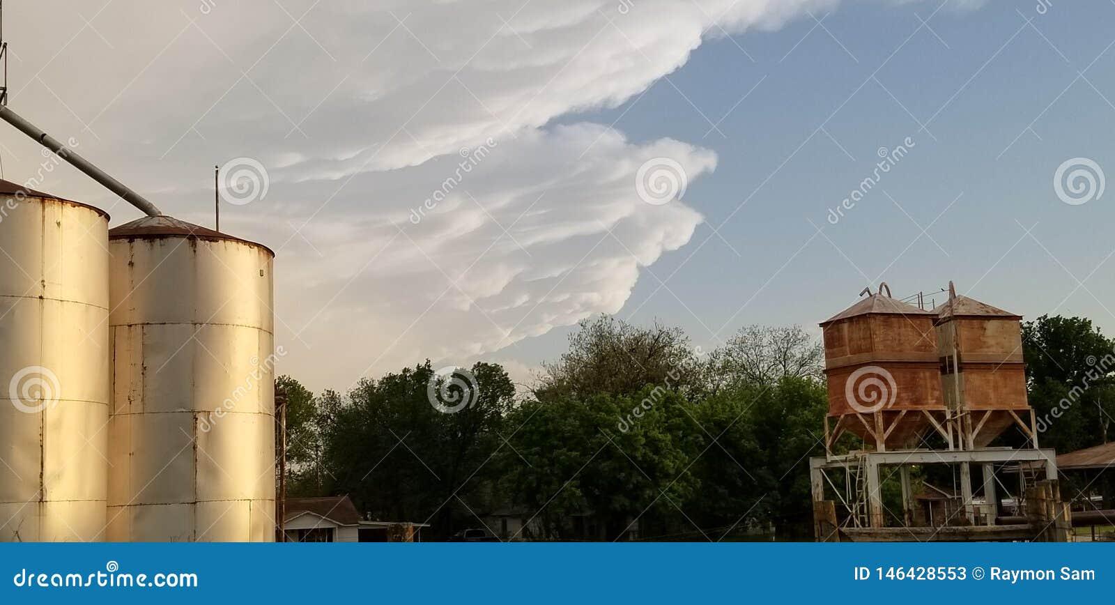 El tornado de Oklahoma de la amenaza de Inpending toma el elevador de grano de Silo de la cubierta