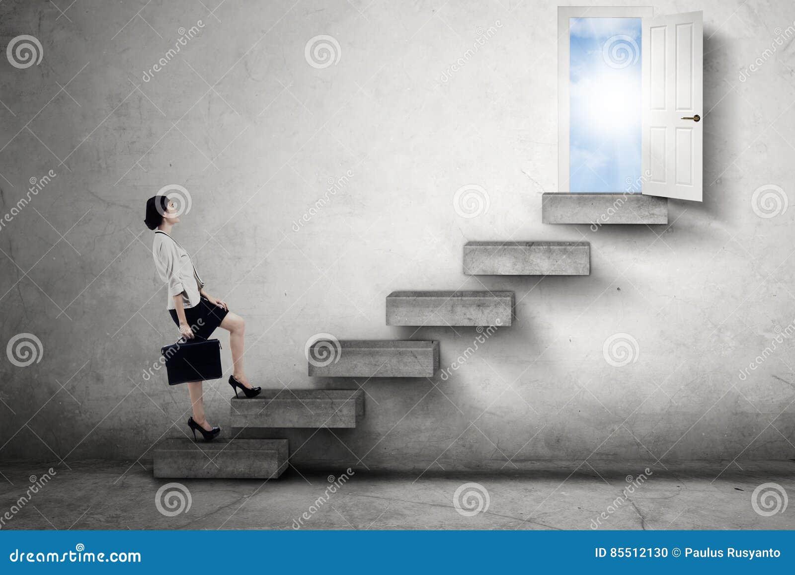 El trabajador camina en escalera hacia una puerta
