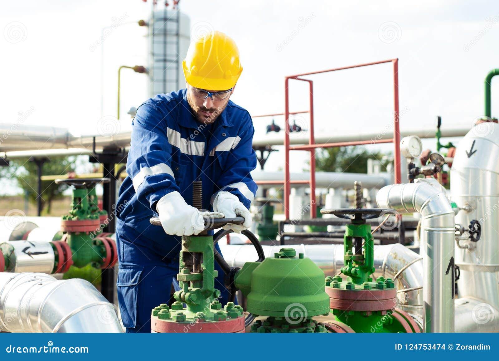 El trabajador cierra la válvula en el oleoducto