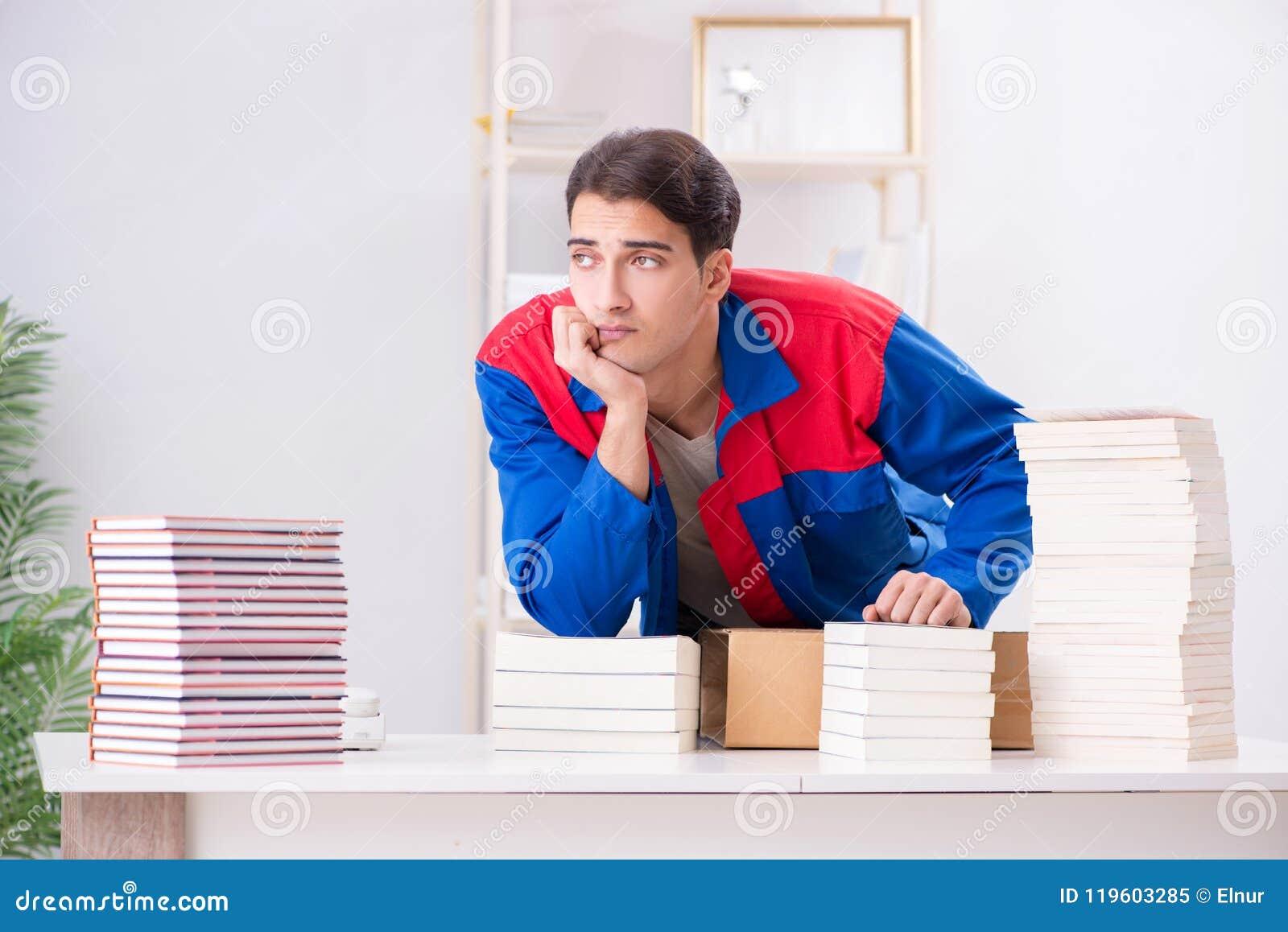 El trabajador en la casa editorial que prepara orden del libro