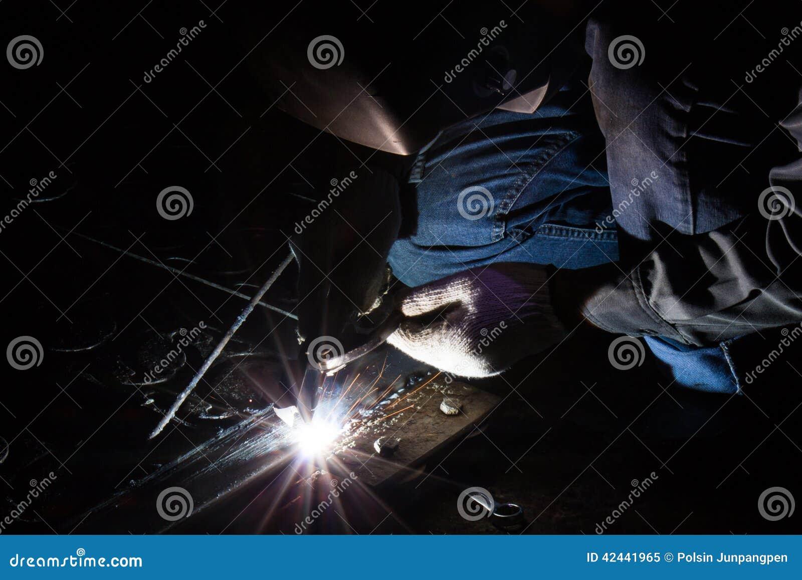 El trabajador está soldando con autógena el acero