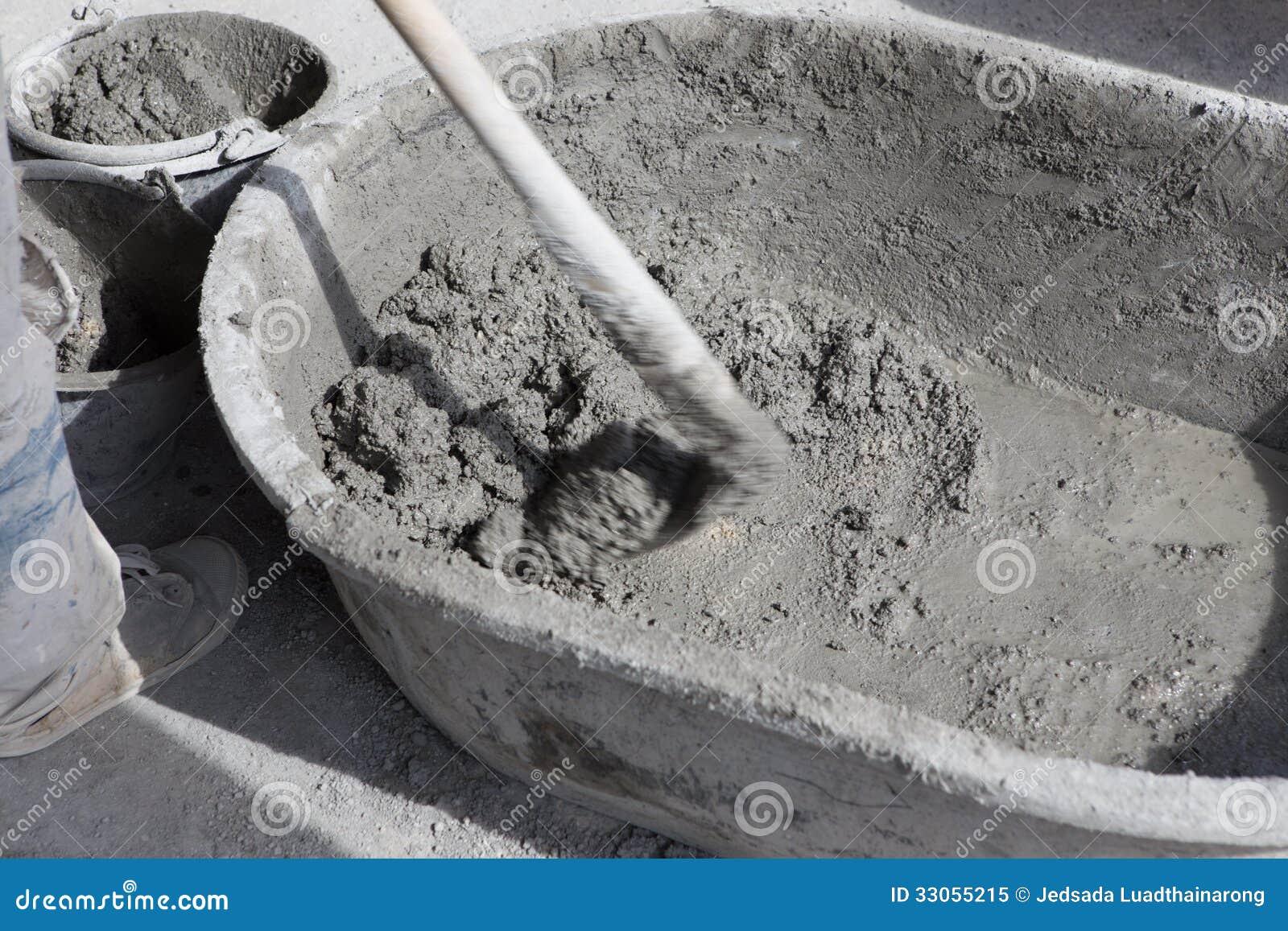 El trabajador prepara el mortero del cemento preparado for Mortero de cemento