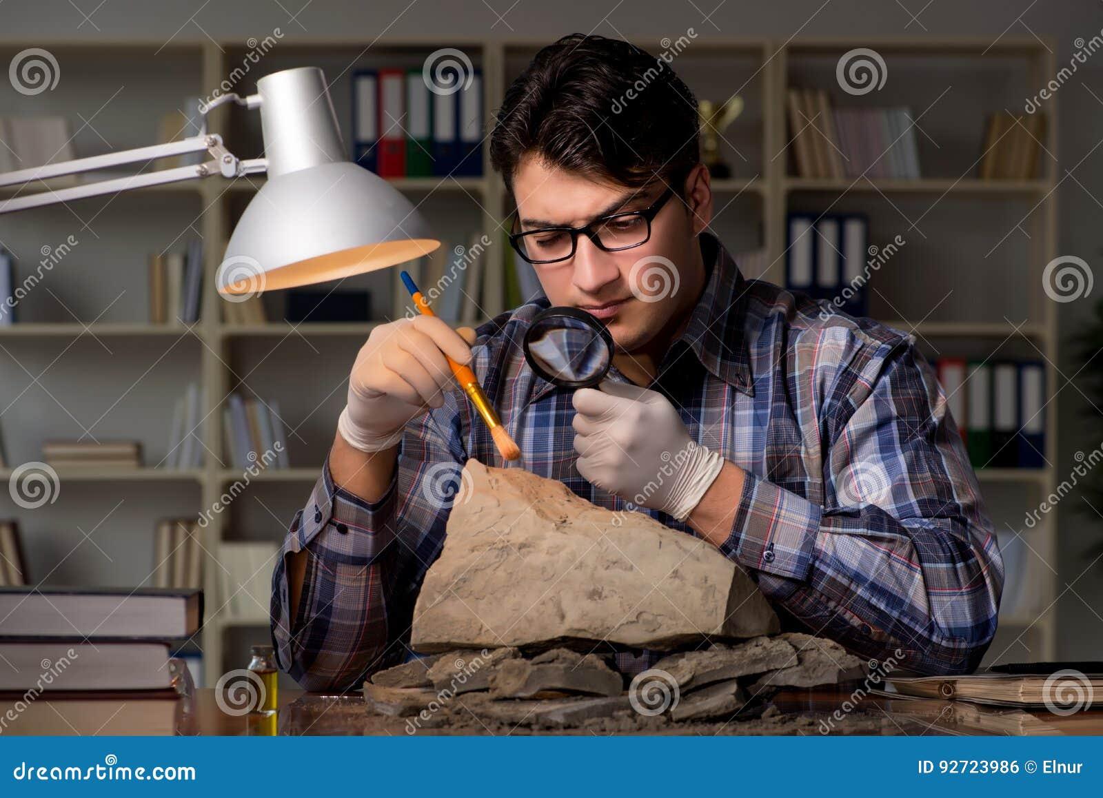 El trabajo del arqueólogo de última hora en oficina