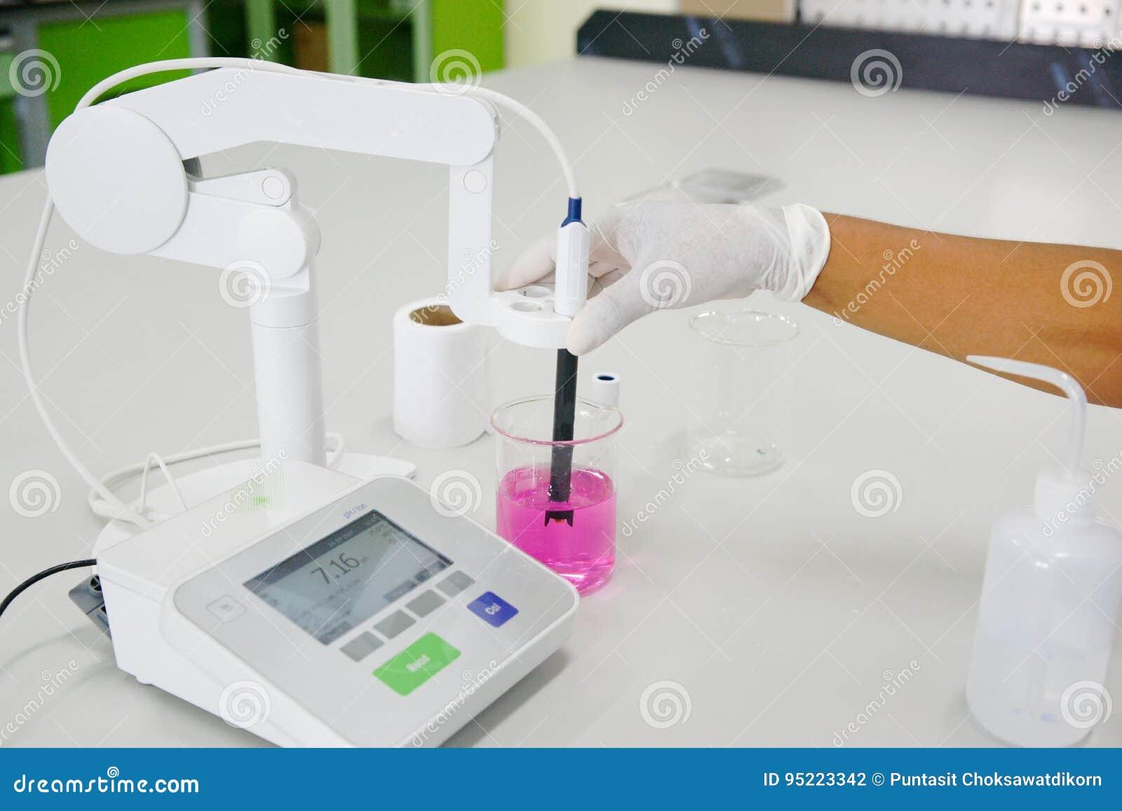 El trabajo del científico en con el medidor de pH