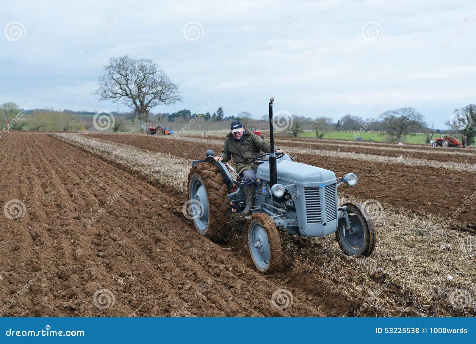 El tractor ara un campo
