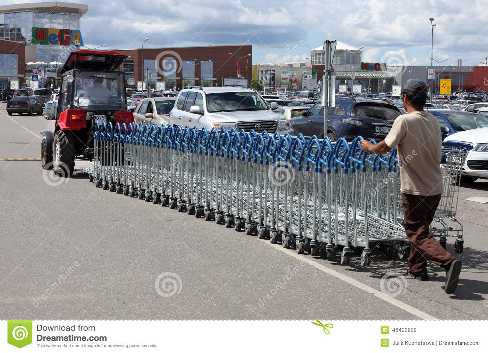 El tractor Bielorrusia tira de una fila de carros de la compra en el supermercado MEGA, Moscú