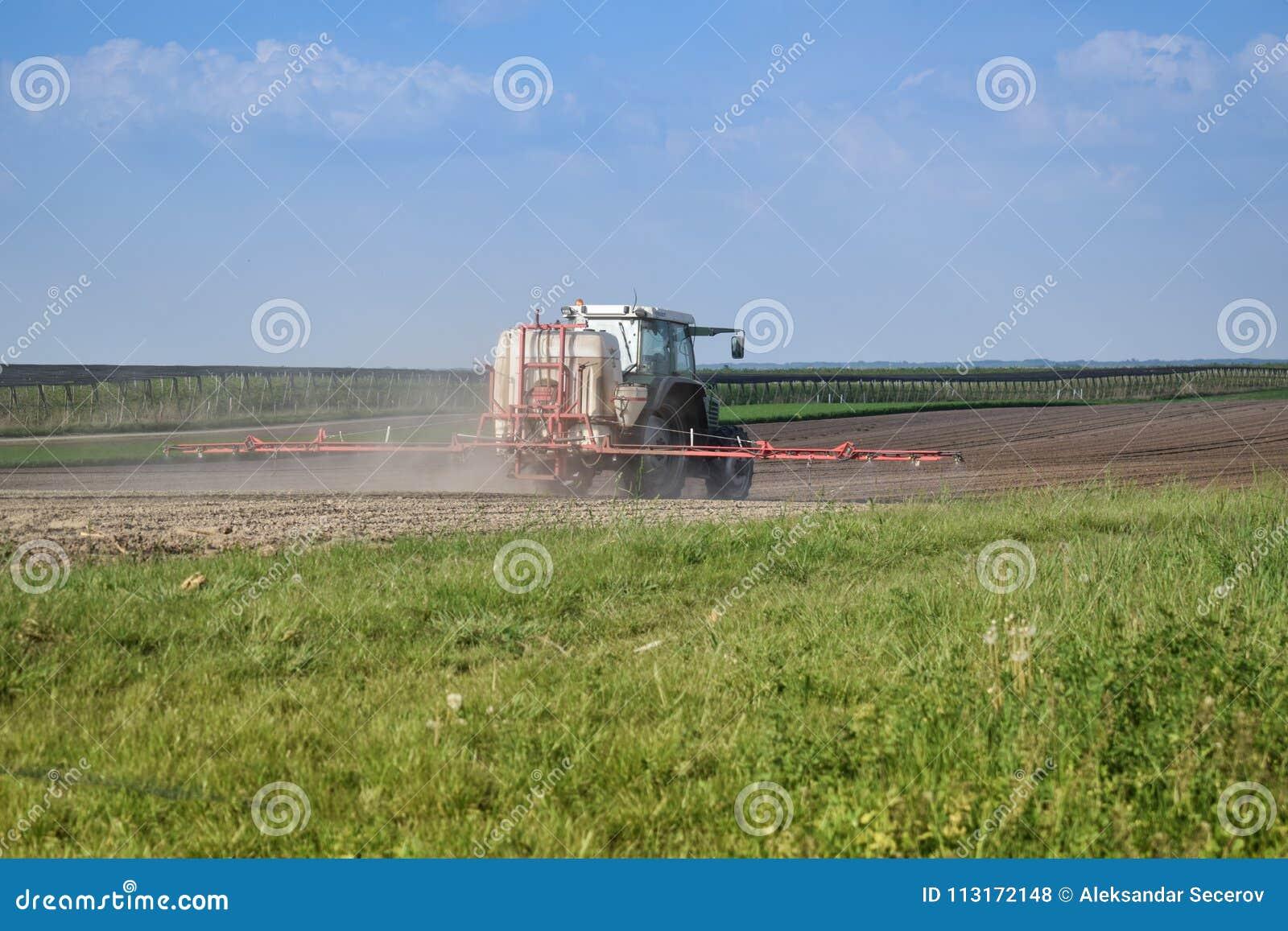 El tractor está haciendo el fertilizante