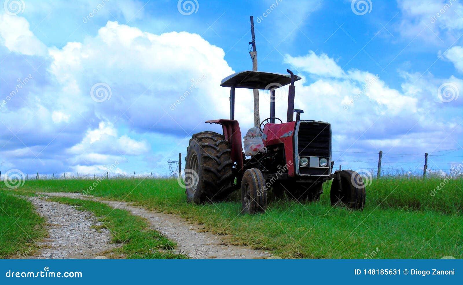 El tractor rojo viejo abandonó
