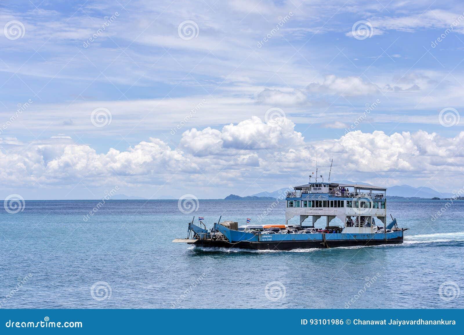 El transbordador que llega a la isla de Koh Chang del continente