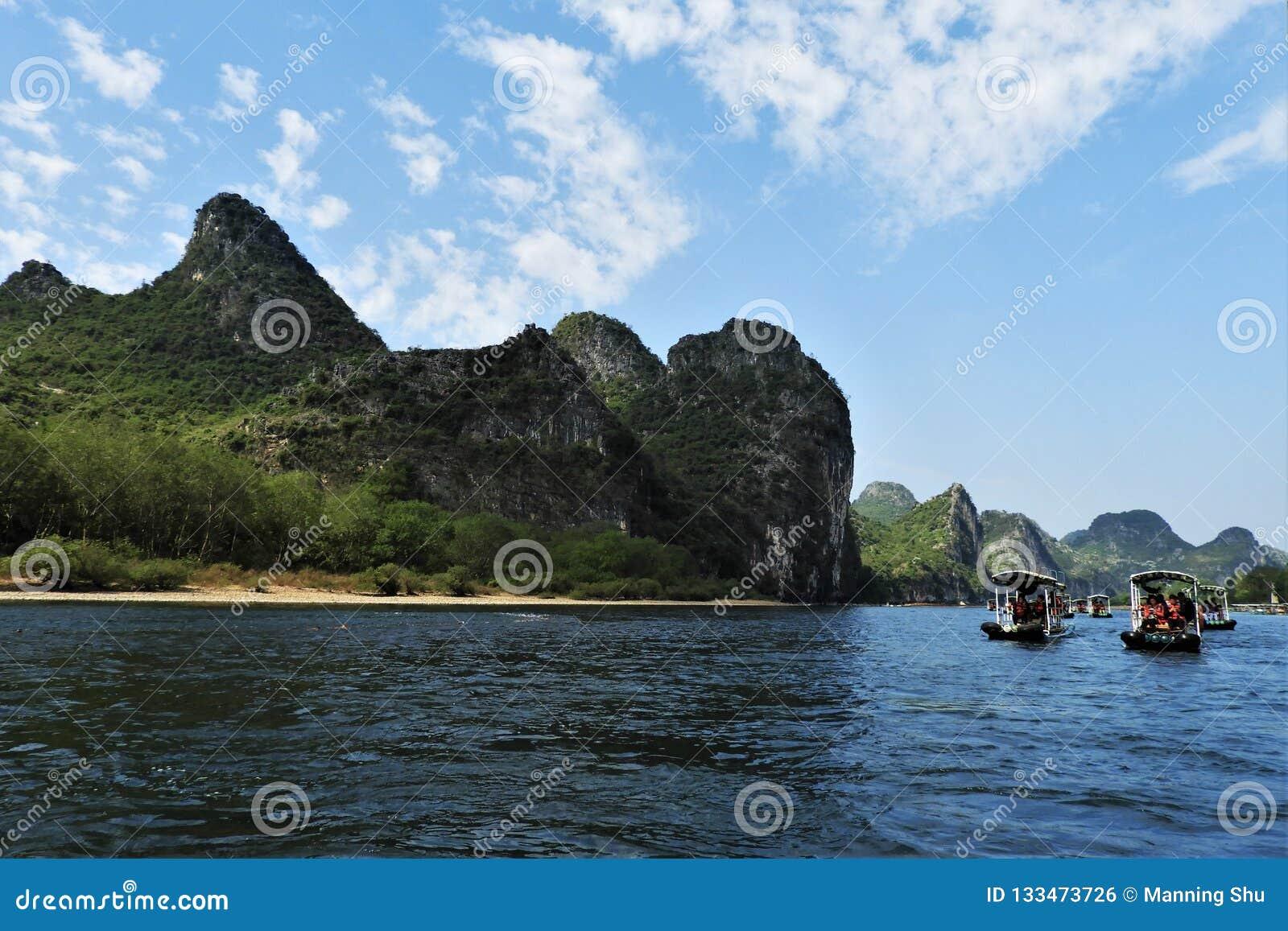 El transportar en balsa abajo de Li River en Guilin China
