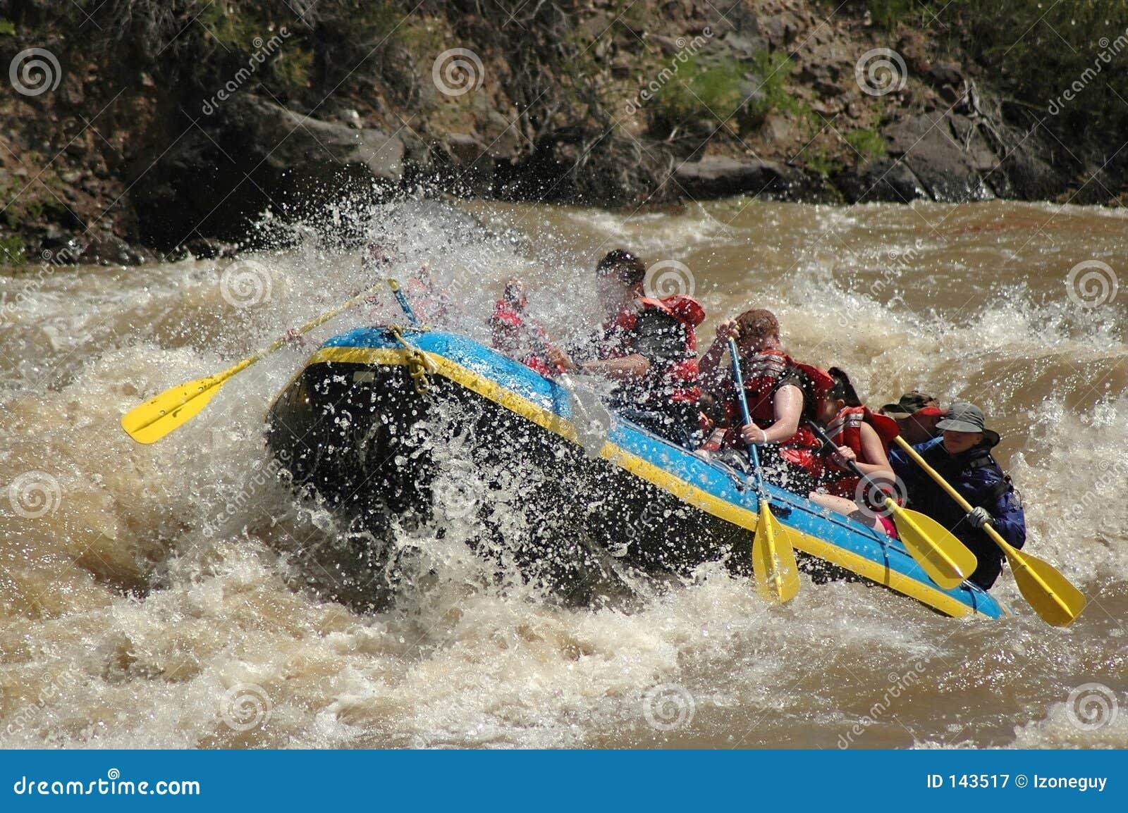 El transportar en balsa del agua blanca