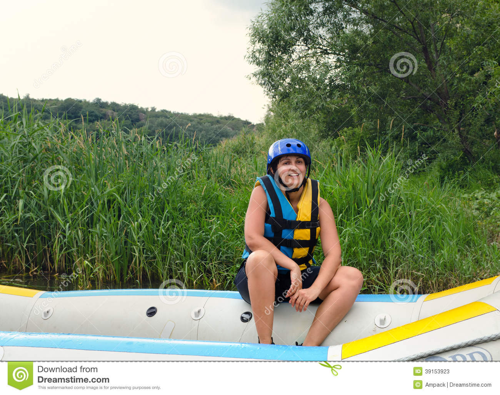 El transportar en balsa del agua blanca de la mujer que va