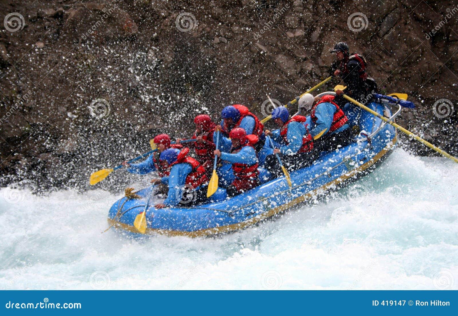 El transportar en balsa del río
