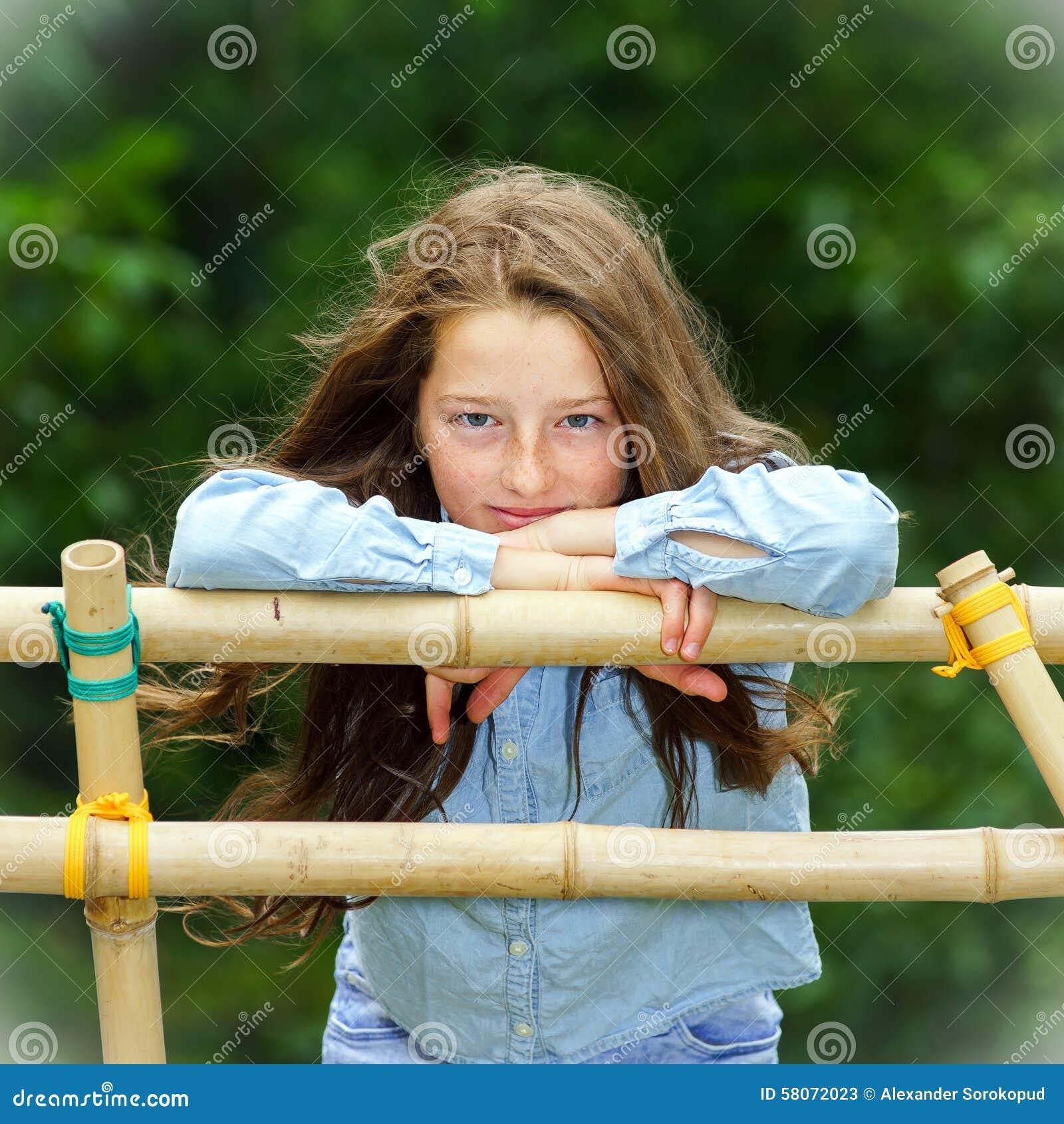 El trasladarse a edad adulta Retrato al aire libre del adolescente