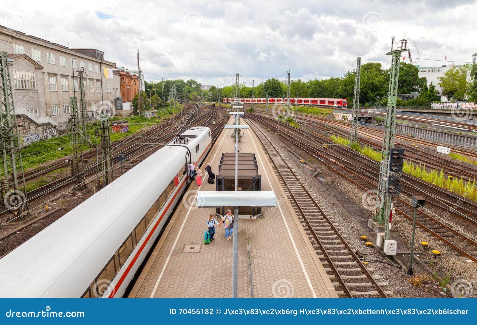 El tren expreso del HIELO de la ciudad inter alemana de Deutsche Bahn, llega la estación de tren de Hamburgo