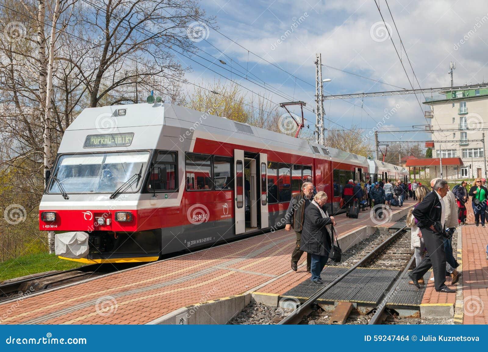 El tren llegó en el ferrocarril en tiempo de primavera