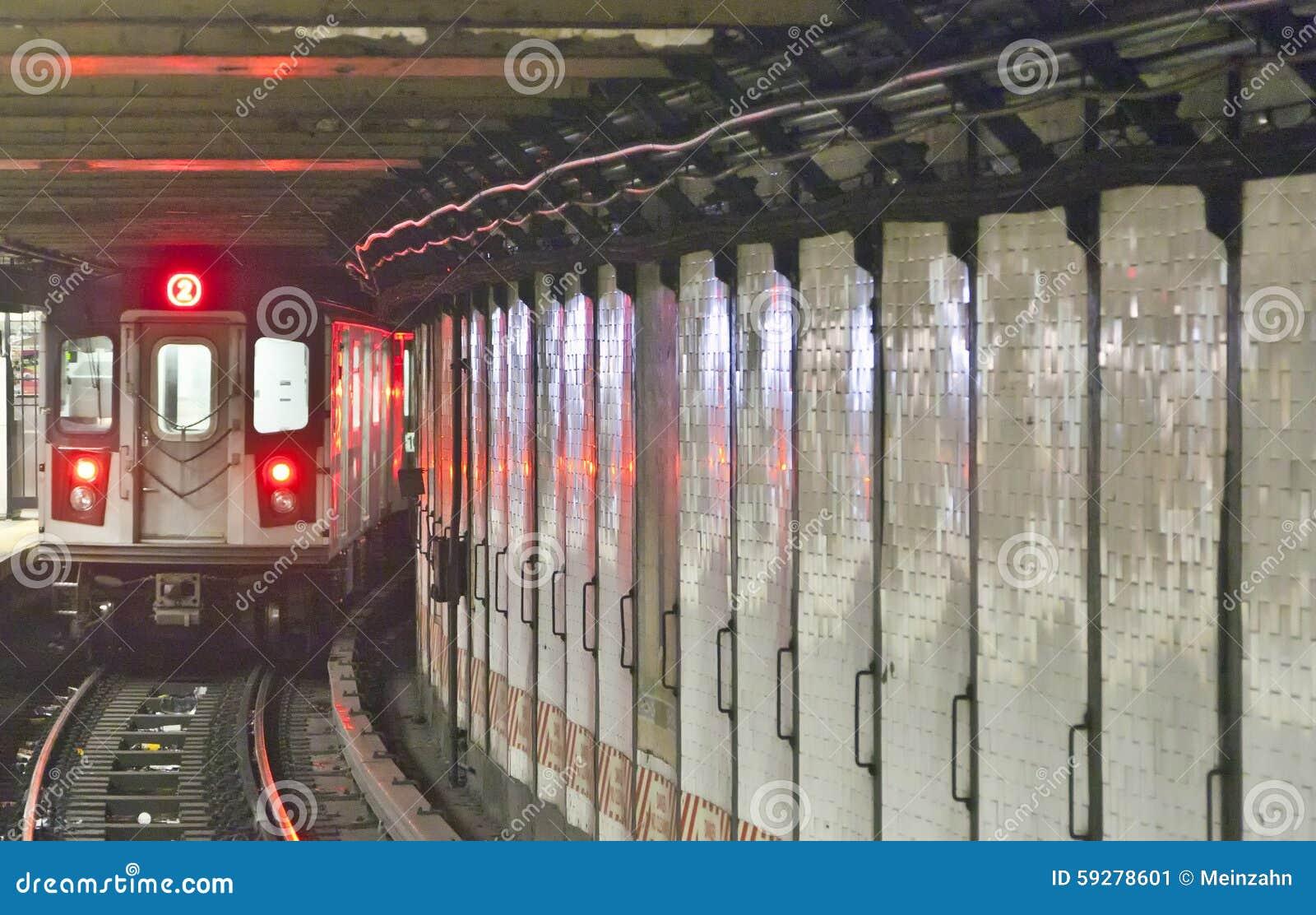 El tren llega en la estación del metro, Nueva York
