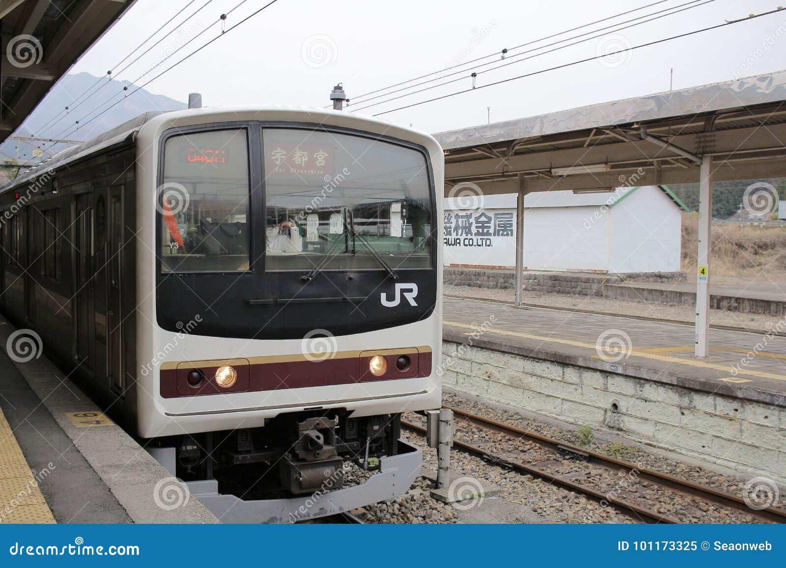 El tren llega la estación de tren de Nikko
