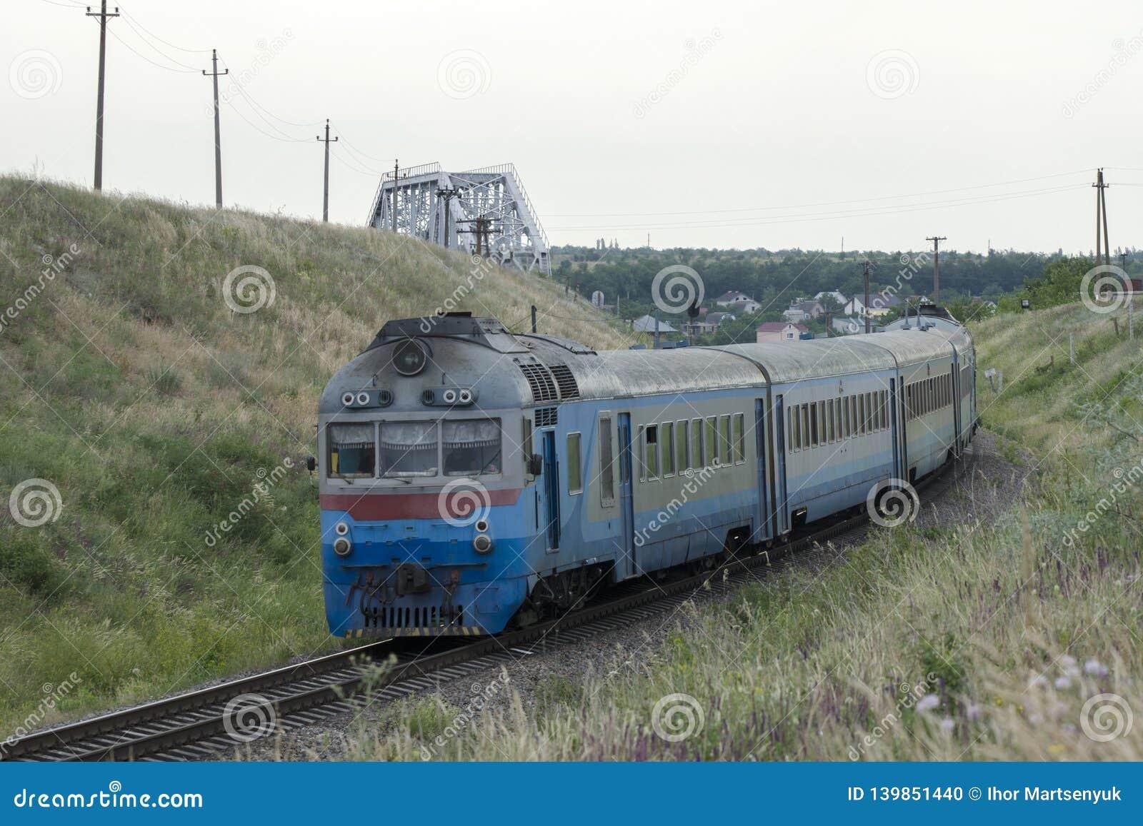 El tren viejo llega a la estación
