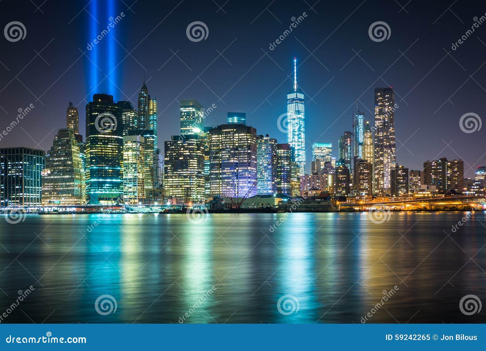 El tributo en luz sobre el horizonte de Manhattan en la noche, f vista