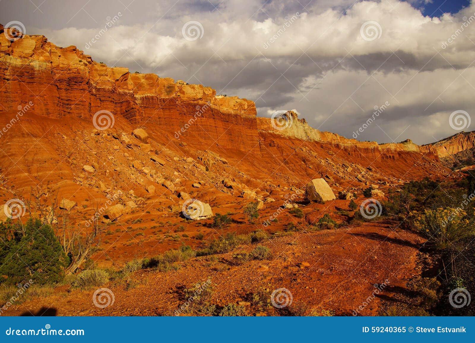El trono de oro brilla intensamente con hacer excursionismo dramático