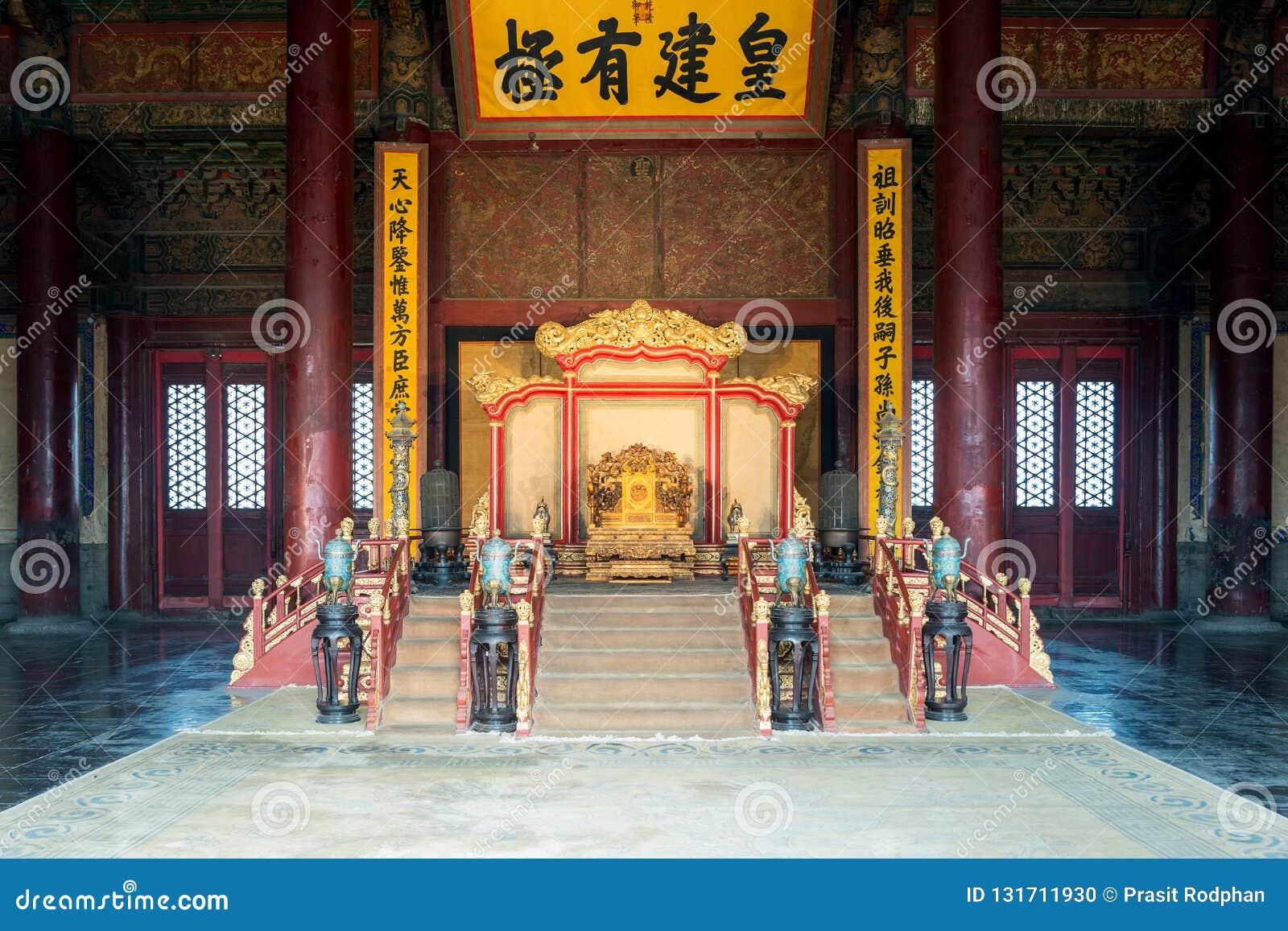 El trono del rey chino en Pasillo de la armonía central en Pekín la ciudad Prohibida en Pekín, China