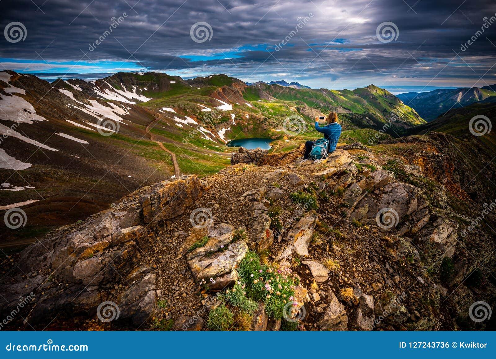 El turista admira la visión desde el paso de California hacia el lago Como y