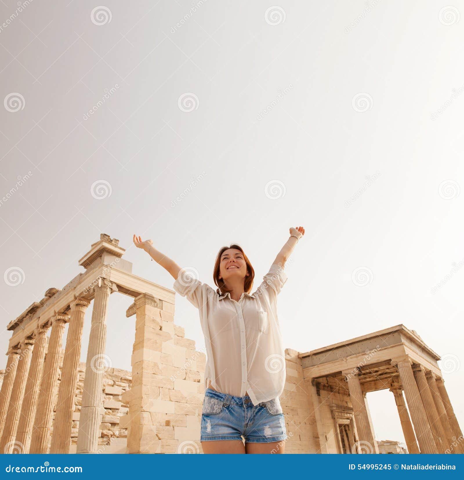 El turista cerca de la acrópolis de Atenas, Grecia