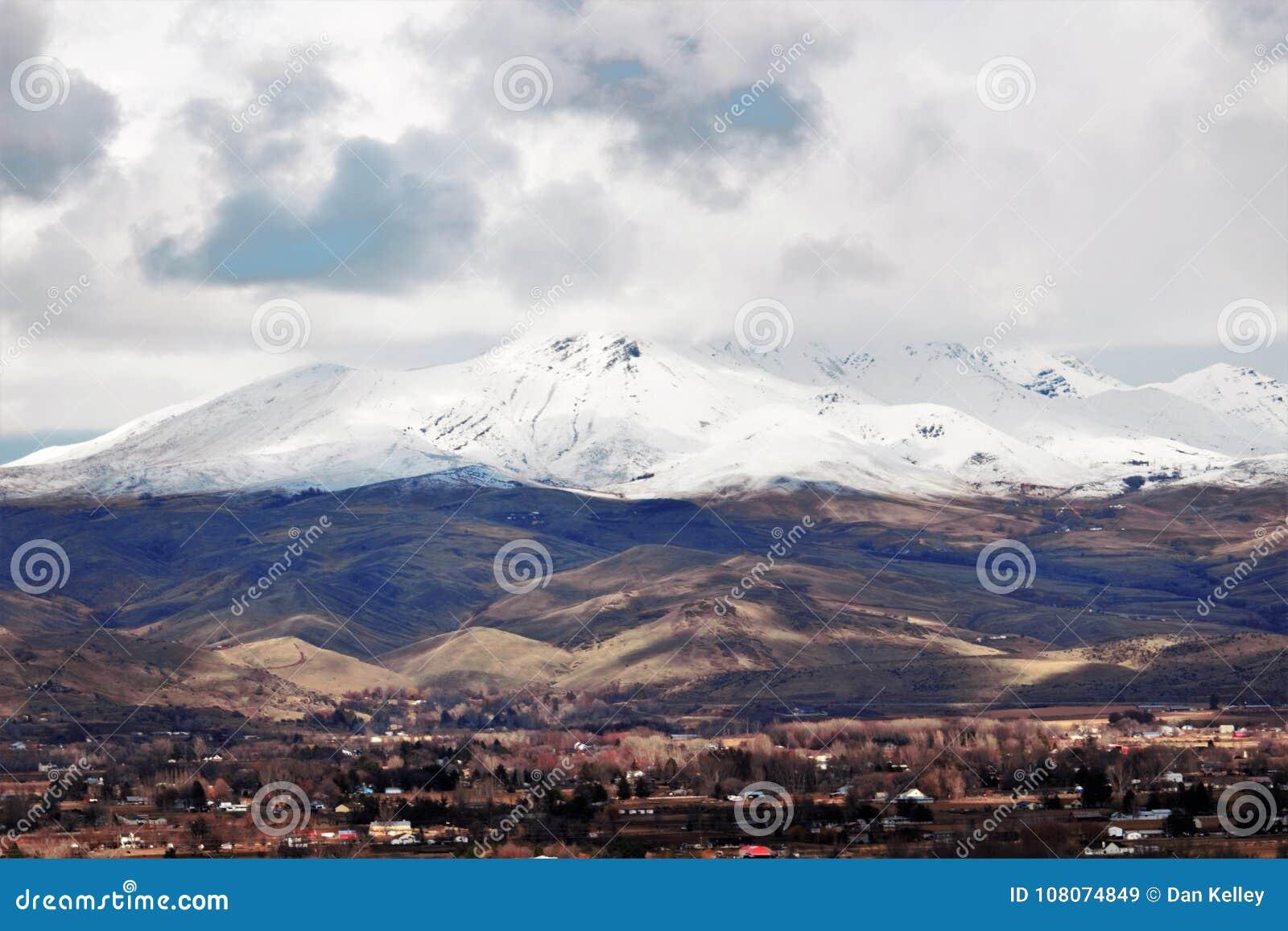 El valle escénico cerca de Emmett, Idaho con nieve capsuló las montañas