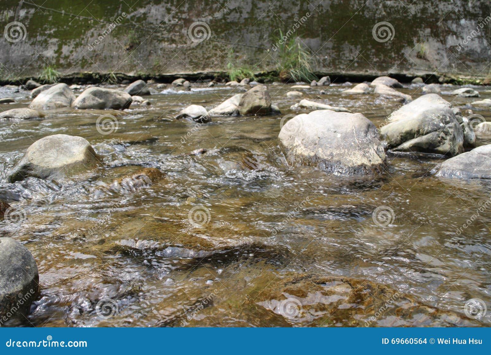 El valle se cose con las pequeñas corrientes del agua