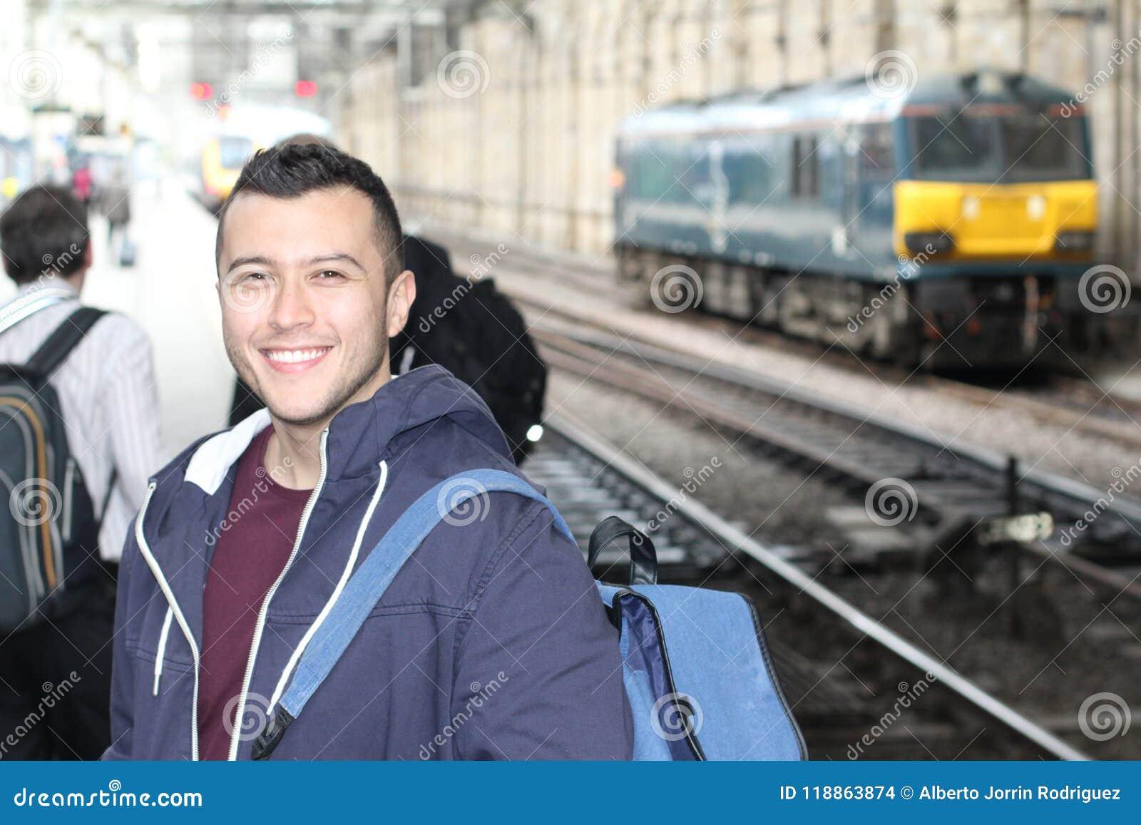 El varón étnico joven durante su diario conmuta
