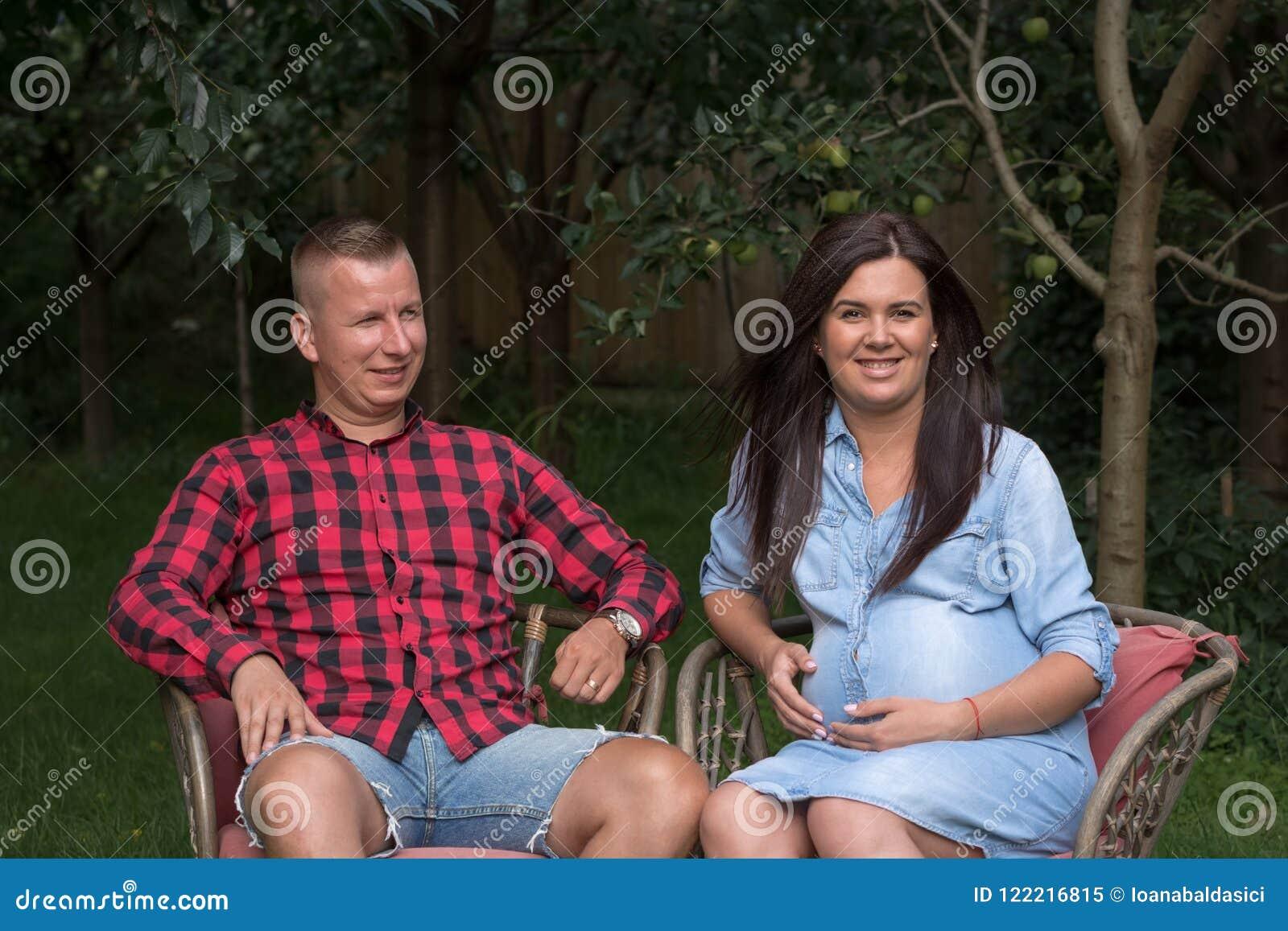 El varón adulto y una mujer embarazada se relajan en el Garde