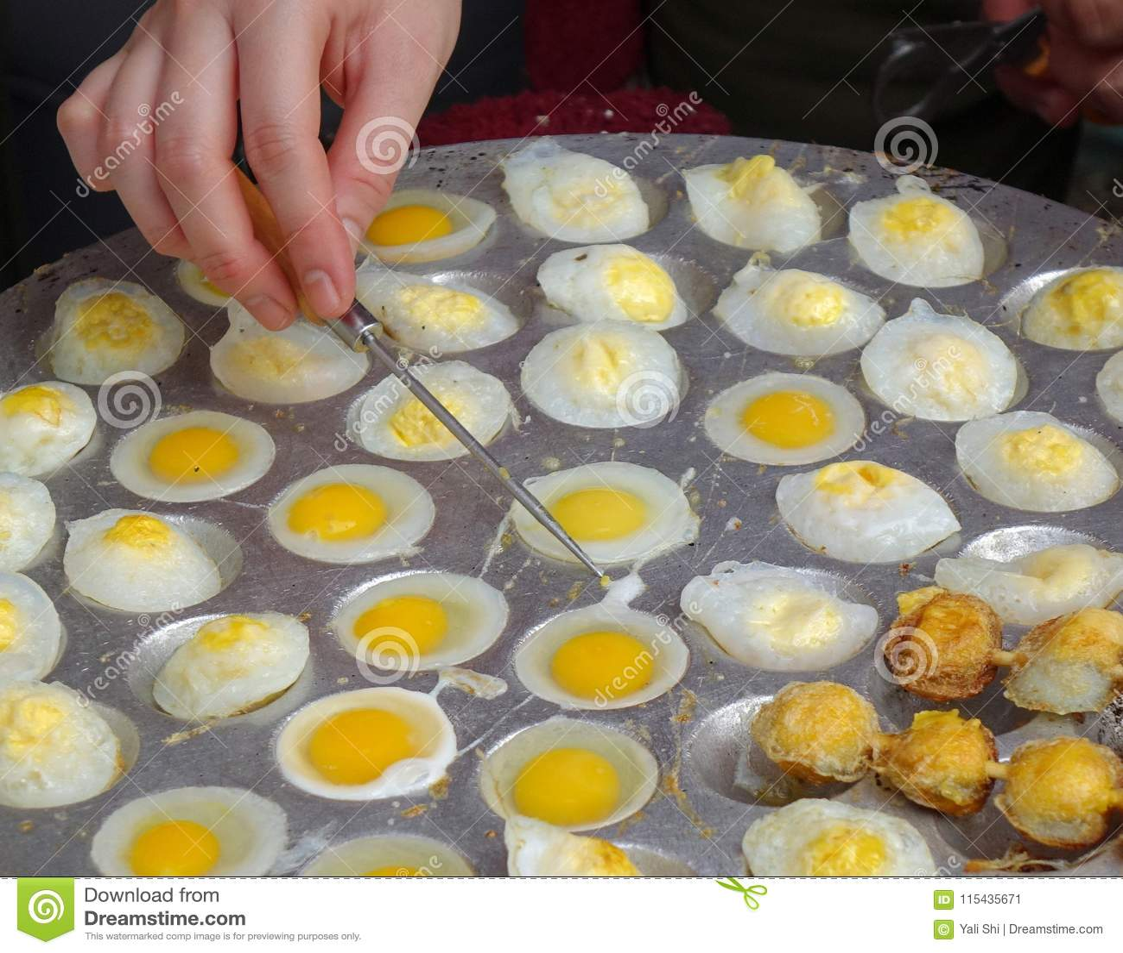 El Vendedor Al Aire Libre Cocina Los Huevos De Codornices