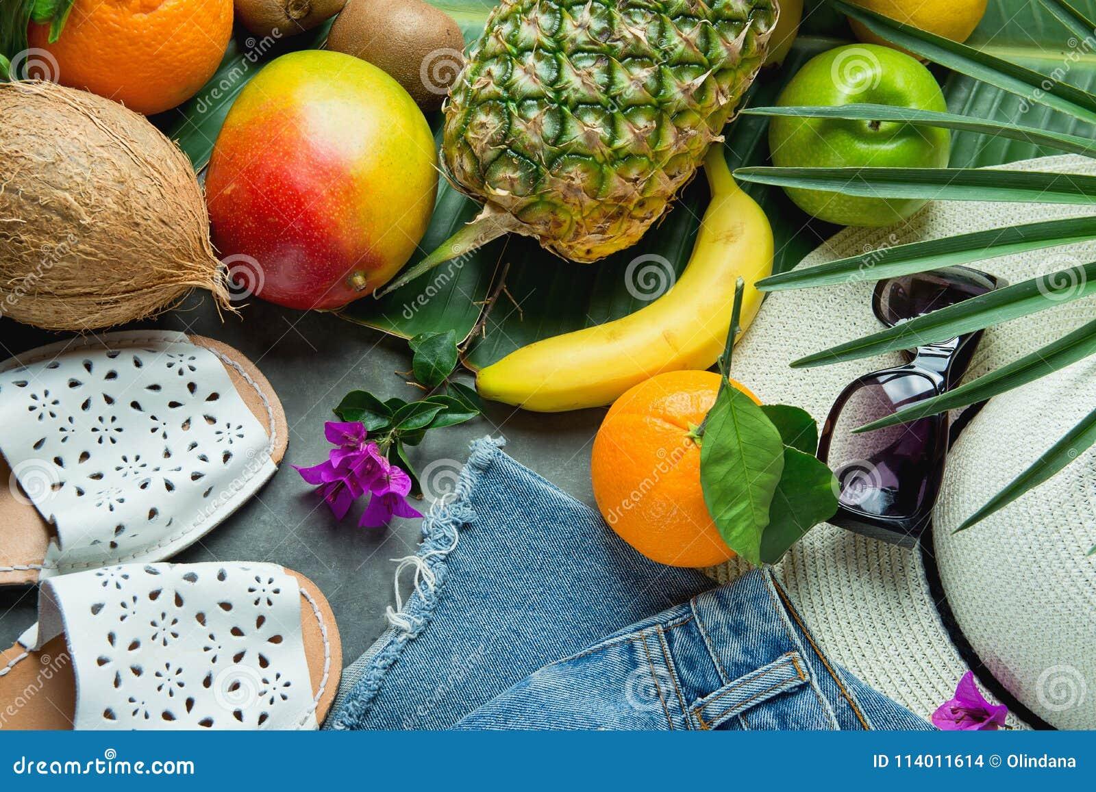 La composición plana del arreglo de la endecha con verano tropical da fruto  coco de los plátanos del mango de la piña en la hoja grande de la palmera  Gafas ... c1981e04a09