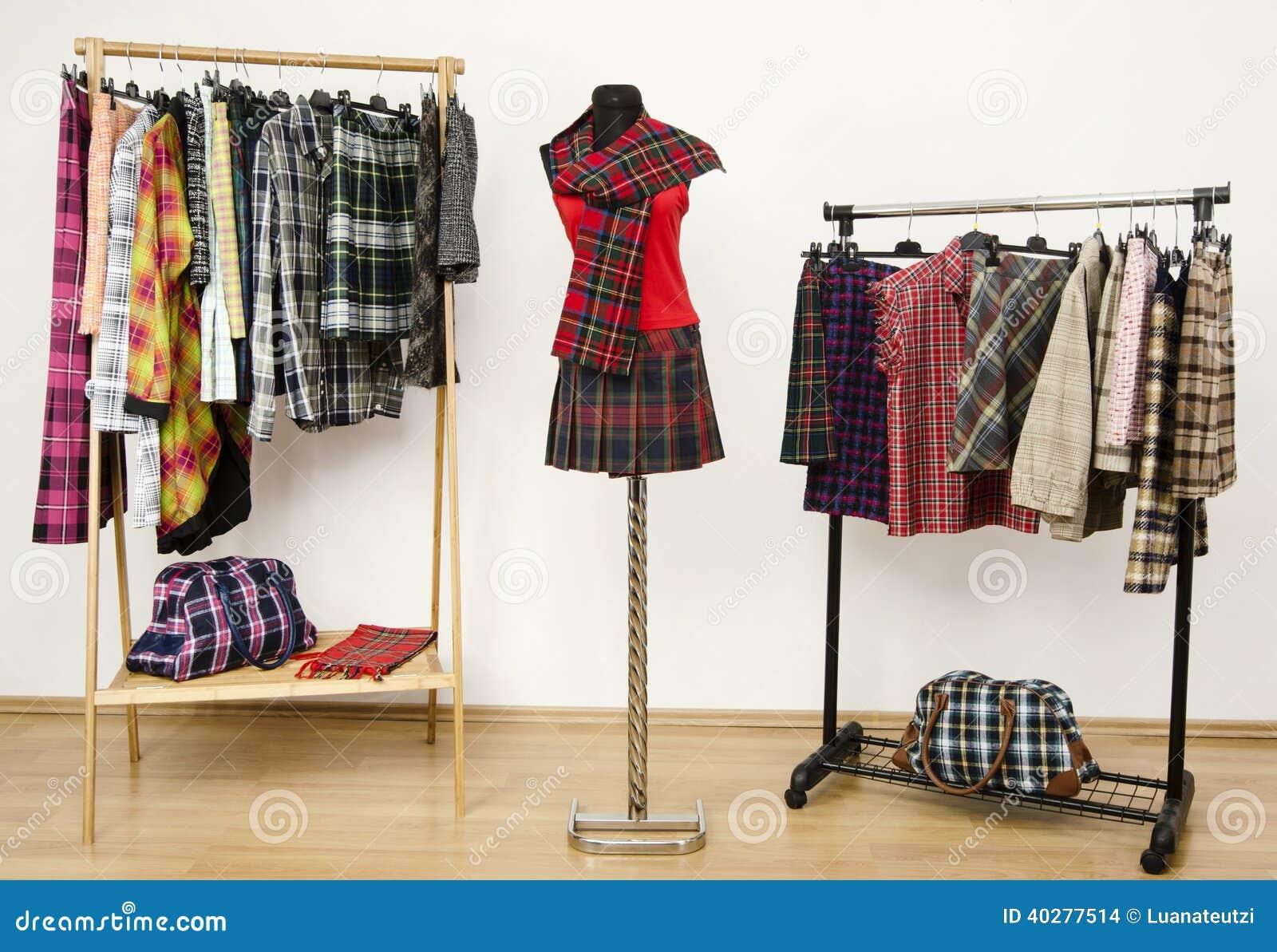 el vestido del armario con ropa de la tela escocesa arregl en y un equipo