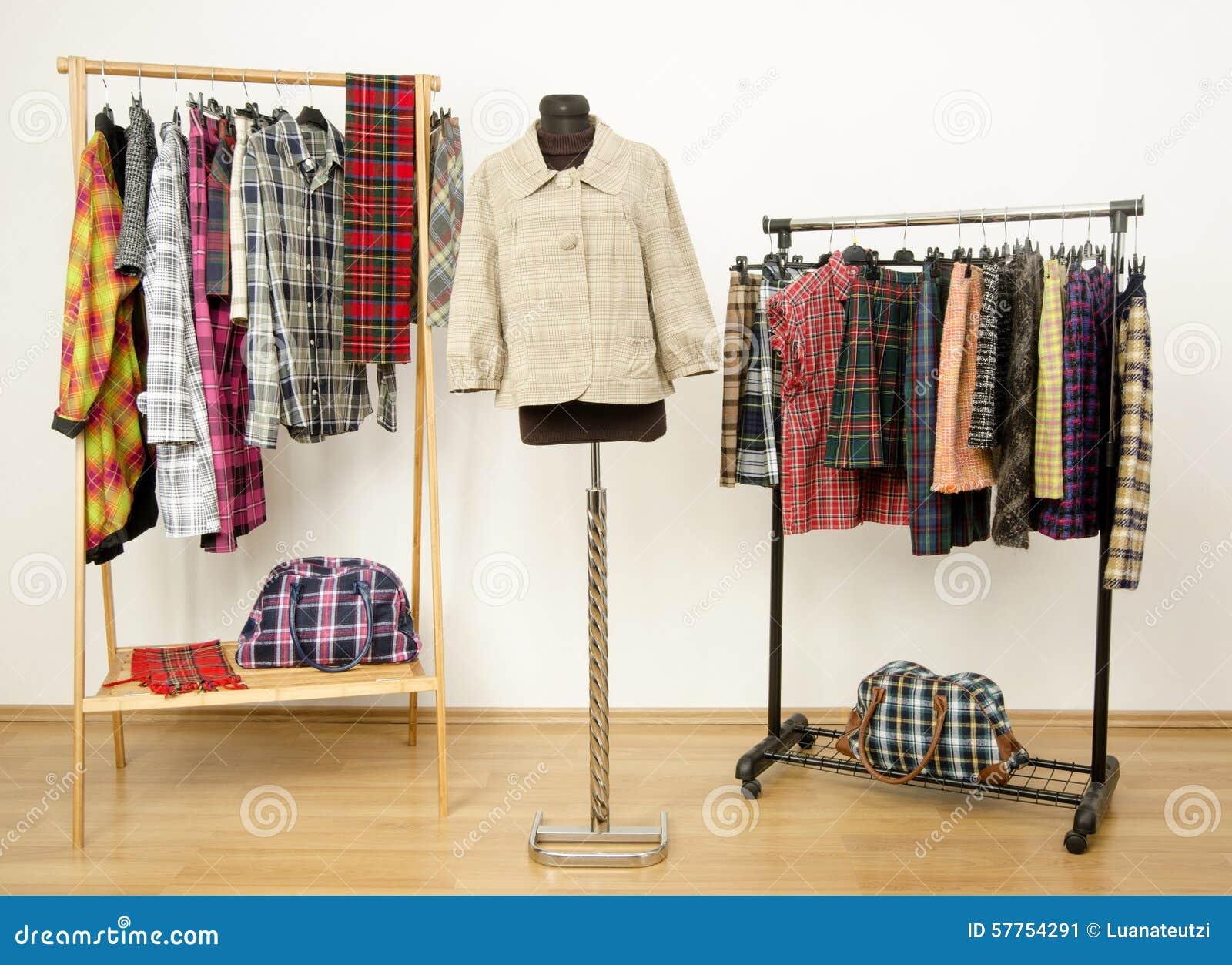 el vestido del armario con ropa de la tela escocesa arregl en y una chaqueta