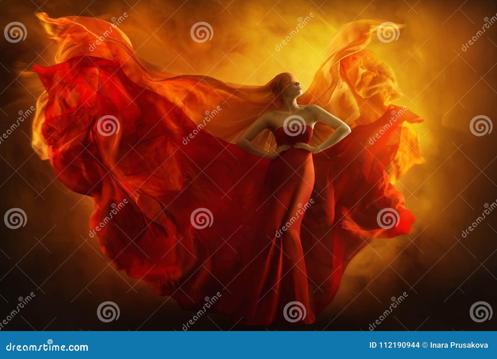 El vestido del fuego de la fantasía del arte del modelo de moda, mujer con los ojos vendados sueña