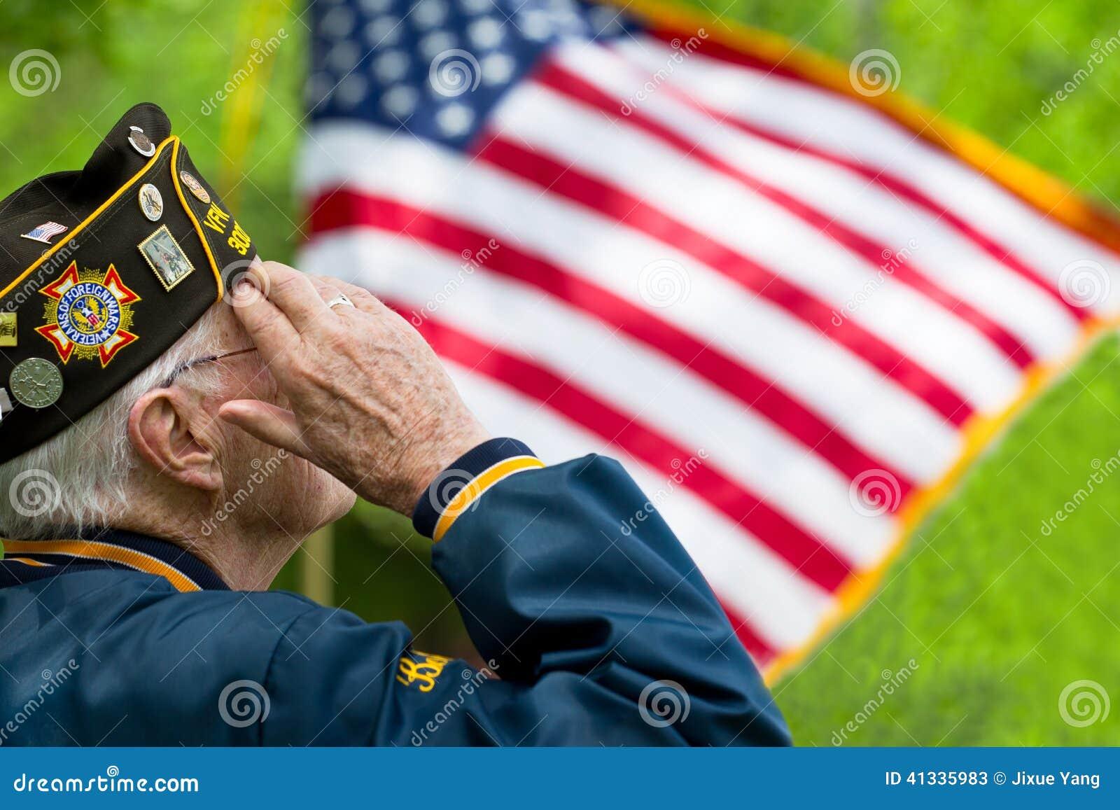 El veterano saluda la bandera de los E.E.U.U.