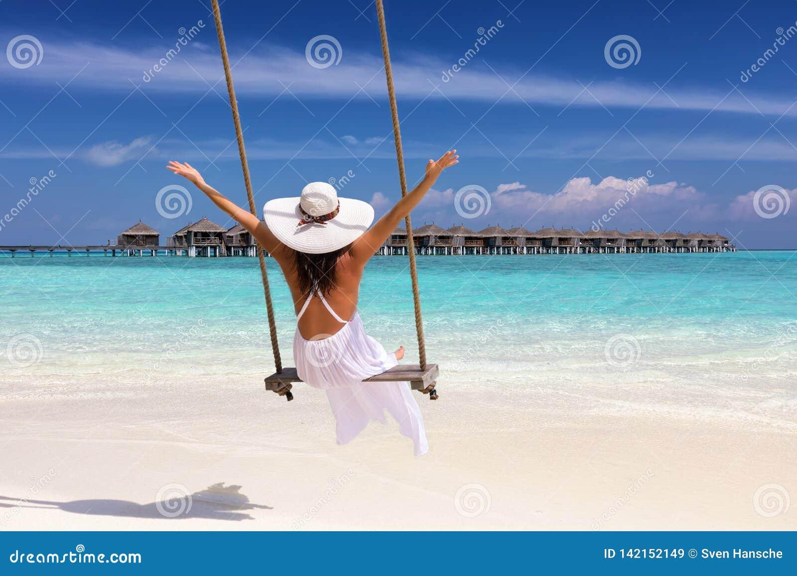 El viajero femenino en un oscilación disfruta de sus vacaciones de verano