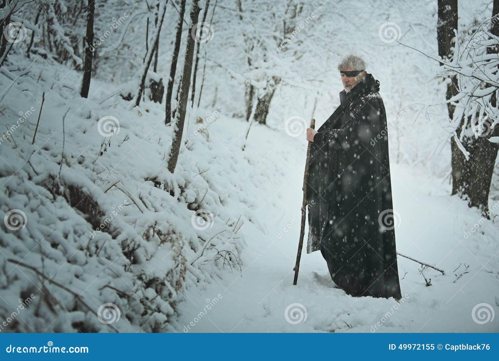 El viejo observó al hombre en un bosque con nieve