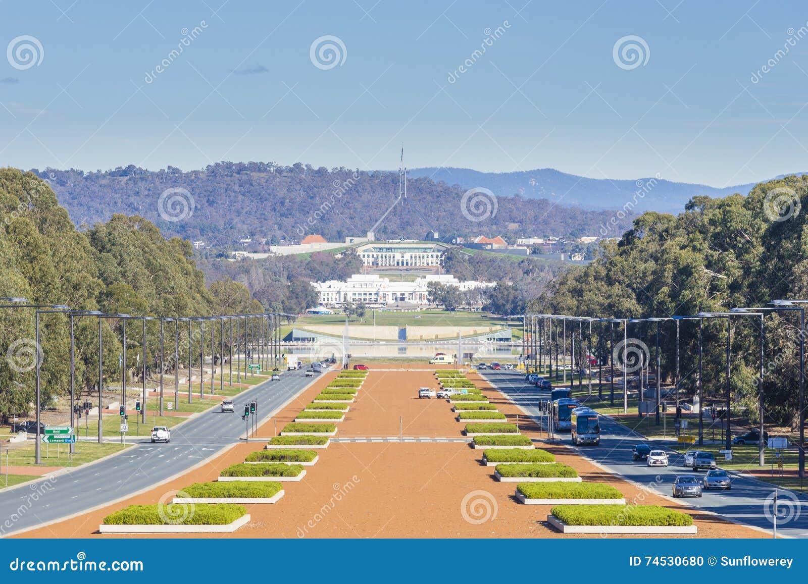 El viejo parlamento contiene y el nuevo parlamento contiene en Canberra