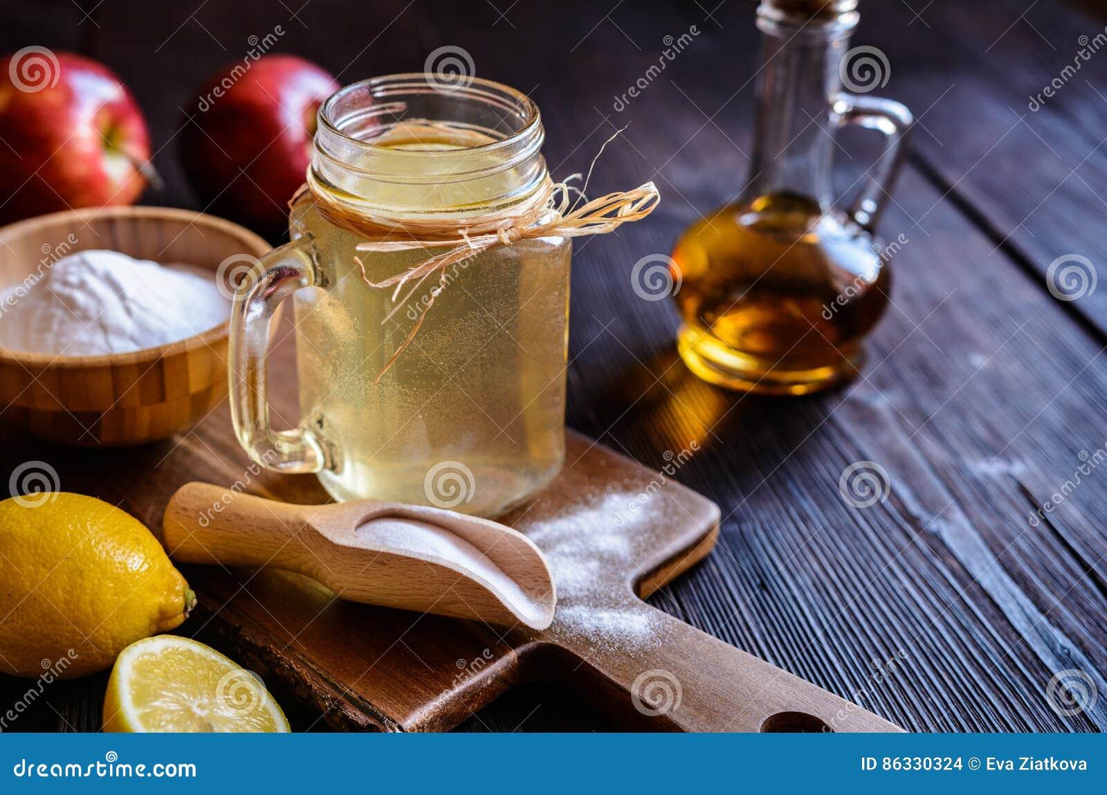 El vinagre de sidra de Apple, el limón y el bicarbonato de sosa beben