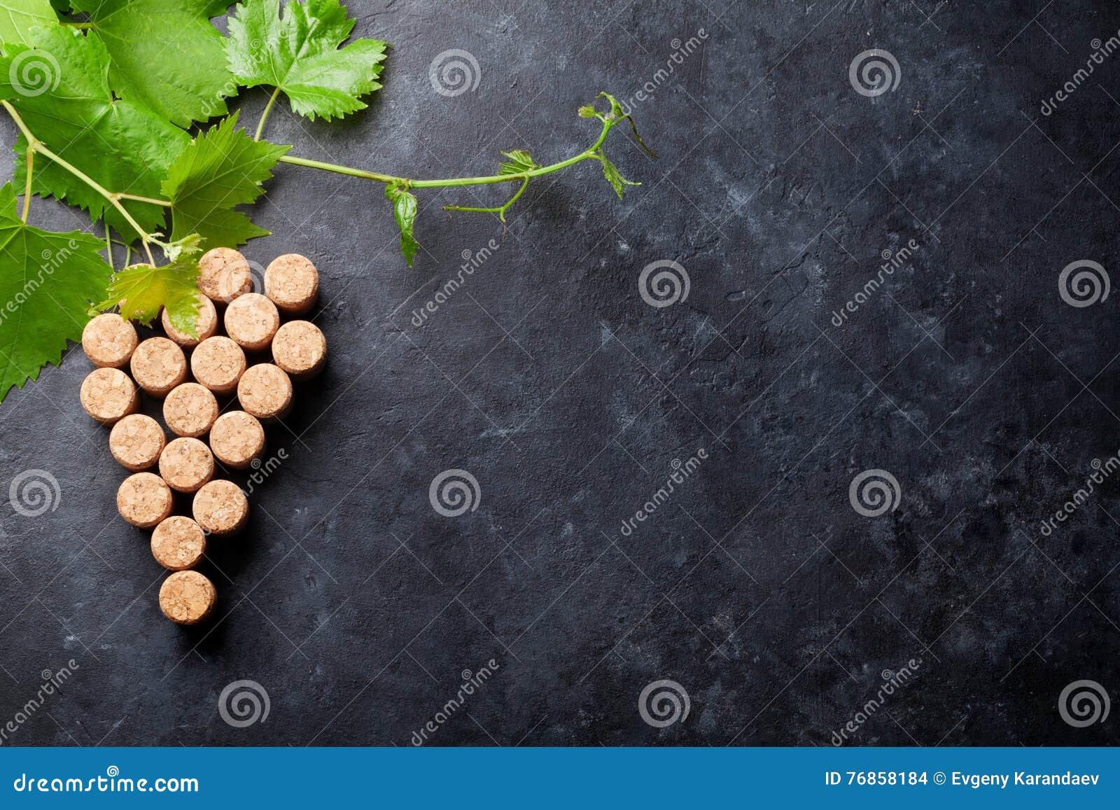 El vino tapa forma y la vid de la uva con corcho