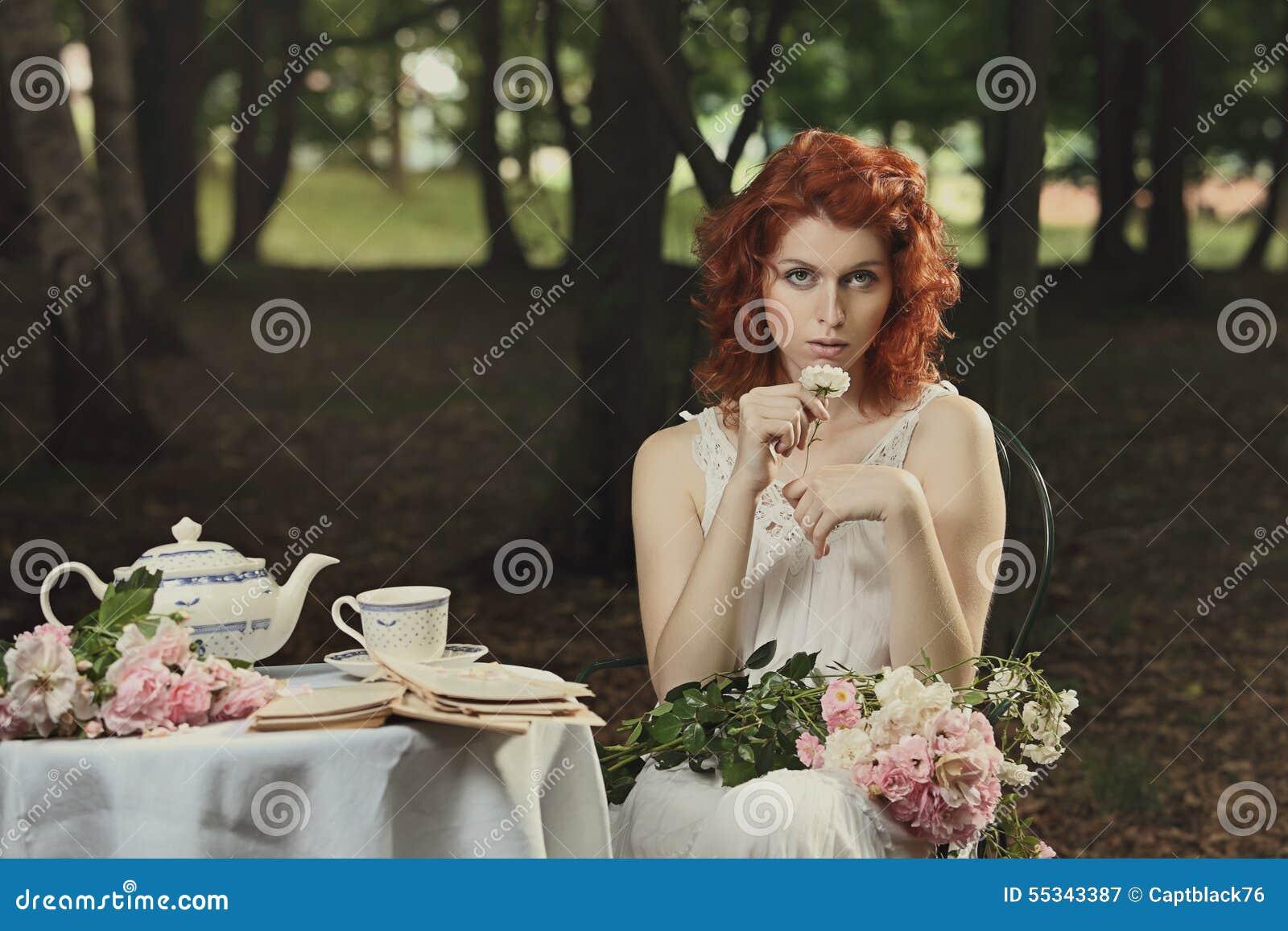 El vintage colorea el retrato de la mujer hermosa