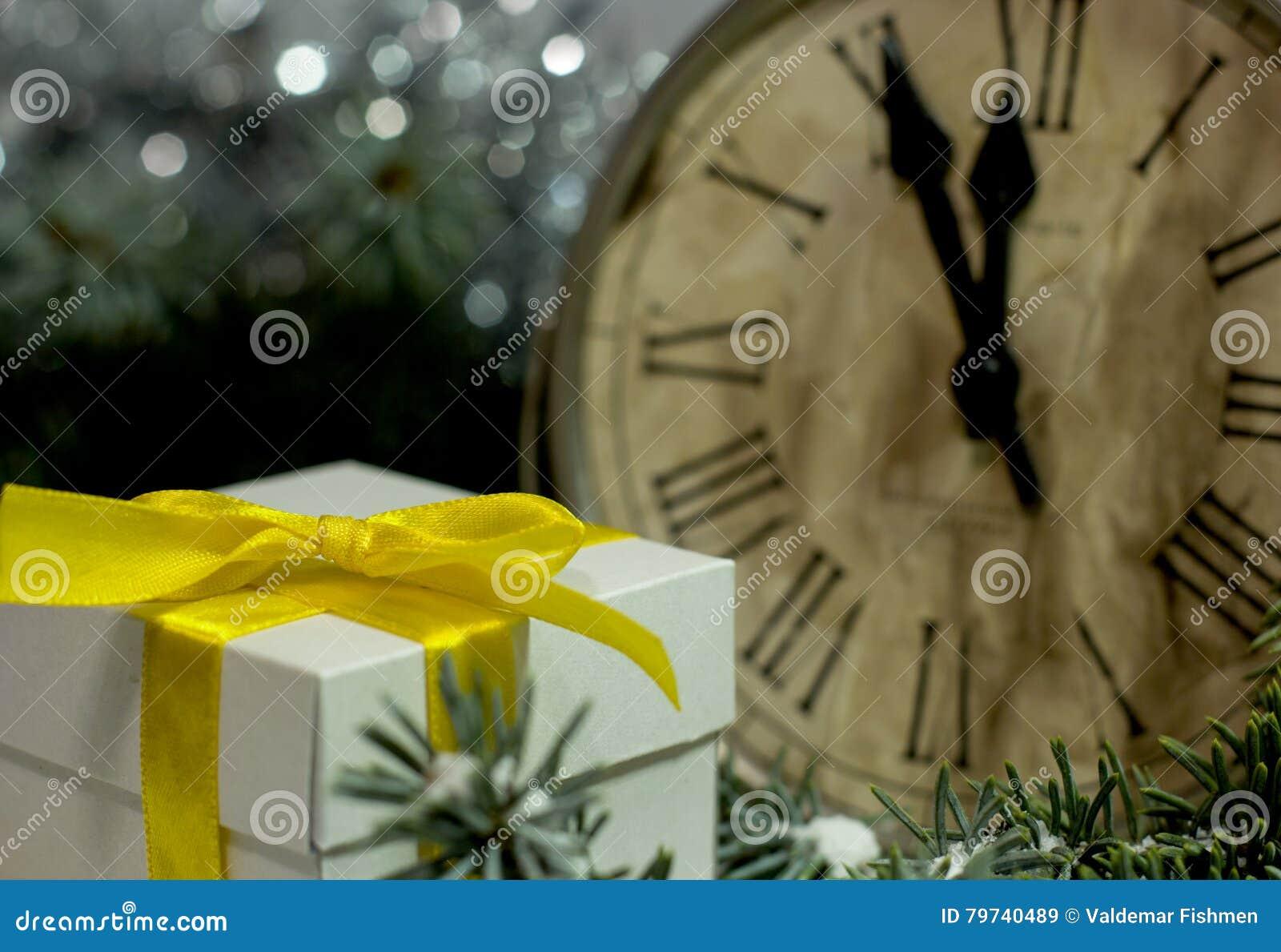 El vintage del ` s de la Navidad y del Año Nuevo registra mostrar cinco a la medianoche Tarde festiva con la caja de regalo